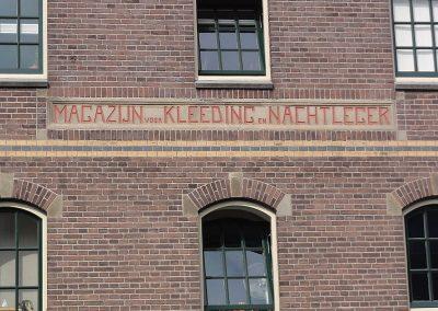 800px-Nijmegen_Rijksmonument_522965_kledingmagazijn_Limoskazerne_geveltekst